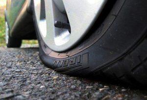 Xịt lốp, thủng lốp trên đường hãy gọi cứu hộ lốp Hà Nội.
