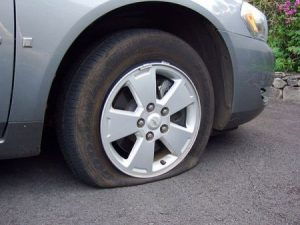 Lốp ô tô bị hết hơi cần cứu hộ tại đường Phan Trọng Tuệ Hà Đông.