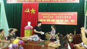 Trao quà cho đồng bào miền Trung bị lũ lụt của công ty Hương Hùng Thúy.