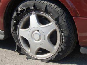 cứu hộ lốp ô tô khi xe bị xịt lốp trên đường