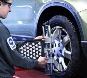 Cân chỉnh thước lái độ chụm khi thay lốp ô tô.