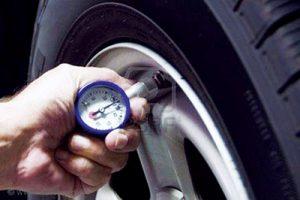 Kiểm tra cân áp suất lốp thường xuyên tránh hiện tượng lốp ô tô bị nứt.