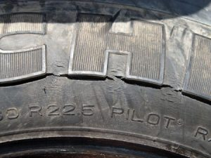 Lốp ô tô bị nứt ô zôn nguyên nhân và cách xử lý.
