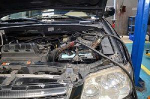 Ắc quy yếu không tích điện cần kích nổ ắc quy ô tô để khởi động.