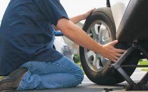 Thủng lốp hãy liên hệ dịch vụ vá lốp ô tô để khắc phục nhanh gọn.