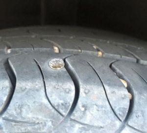 Lốp dính đinh đã có dịch vụ cứu hộ lốp ô tô Hà Nội khắc phục nhanh gọn.