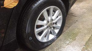 Thủng lốp, hêt hơi đã có dịch vụ làm lốp ô tô tận nhà.