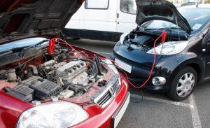 Nhờ xe khác trợ giúp kích nổ ắc quy ô tô khi xe của bạn chết máy không khởi động được.