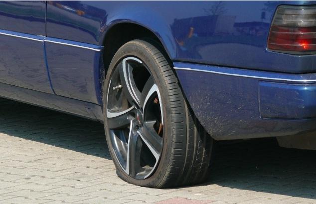 Vá lốp ô tô bao nhiêu tiền tại cửa hàng hay trên đường.