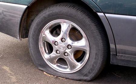 Vá Lốp Ô Tô Trên Đường Giá Cạnh Tranh.